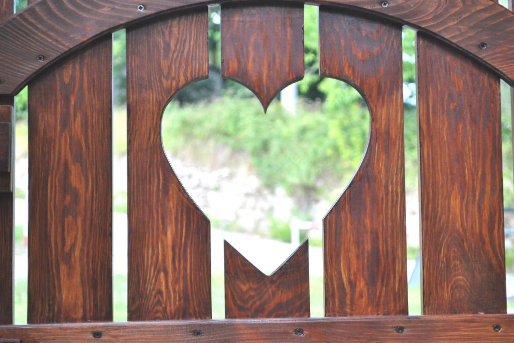 Cancelli cancelletti in legno pino costruzioni group srls for Cancelli di legno per giardino