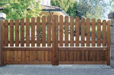 Cancello in legno con doghe