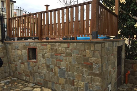 rivestimento in pietra con recinzione in legno