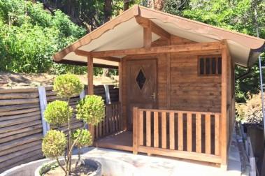 Casetta in legno con portico
