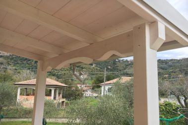 tettoia in legno lamellare bianca