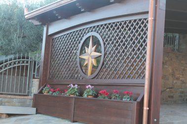 Fioriera in legno con recinzione e dettaglio centrale