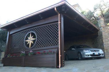 Fioriera in legno con tettoia